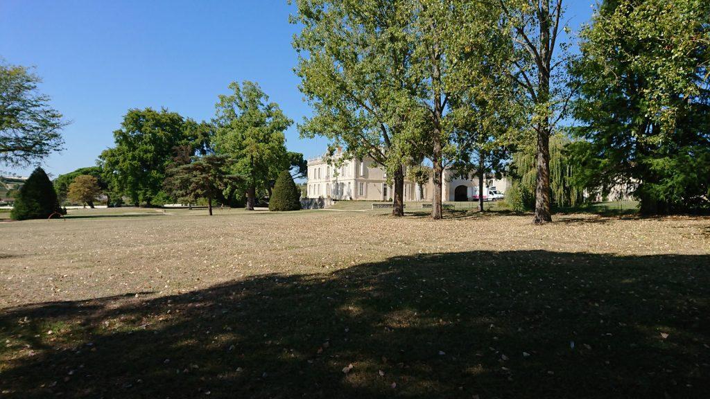 Dans le parc du Château La Dauphine, près du bassin