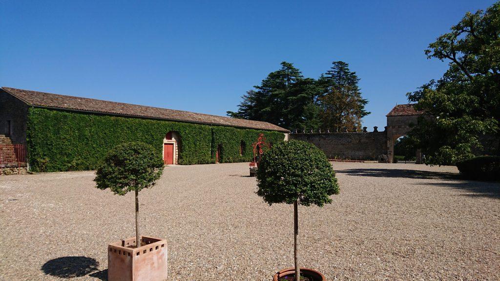 La cour du Château de Pressac