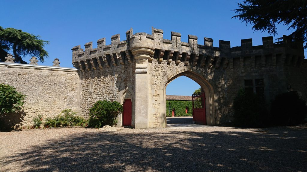 Le mur d'enceinte du Château de Pressac