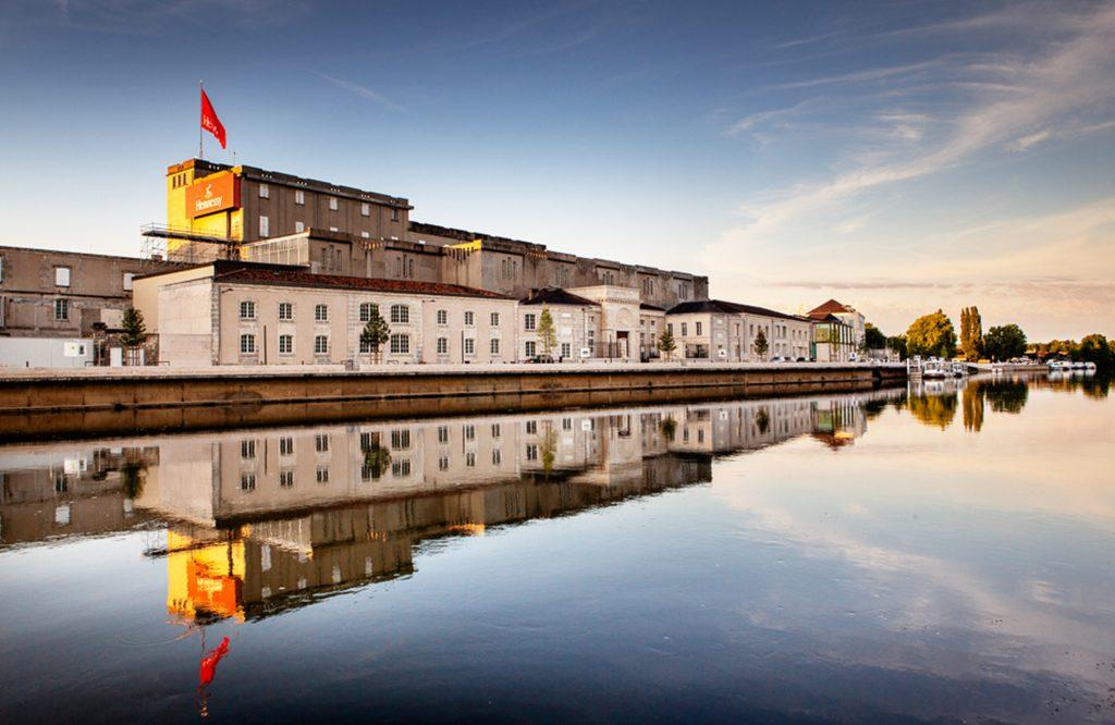 La distillerie Hennessy depuis le fleuve